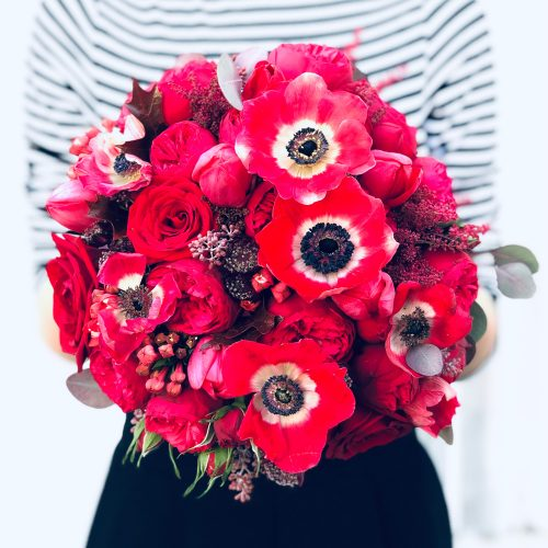 Buchet cu Anemone si Trandafiri Rosii