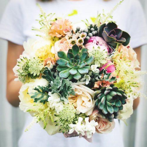 Buchet cu Plante Suculente, Trandafiri si Bujori